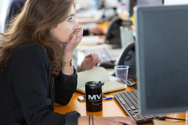 Collaboratrice MV Group devant son écran