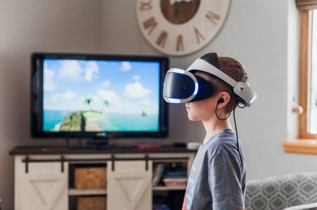 Jeune garçon devant une TV avec casque de réalité virtuelle sur les yeux - Photo by Jessica Lewis on Unsplash