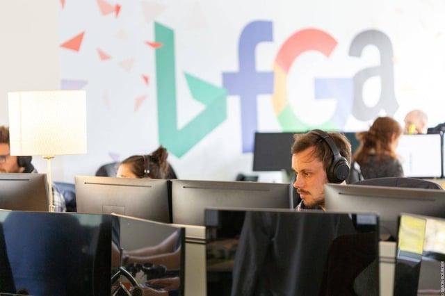 Collaborateur MV Group devant son ordinateur