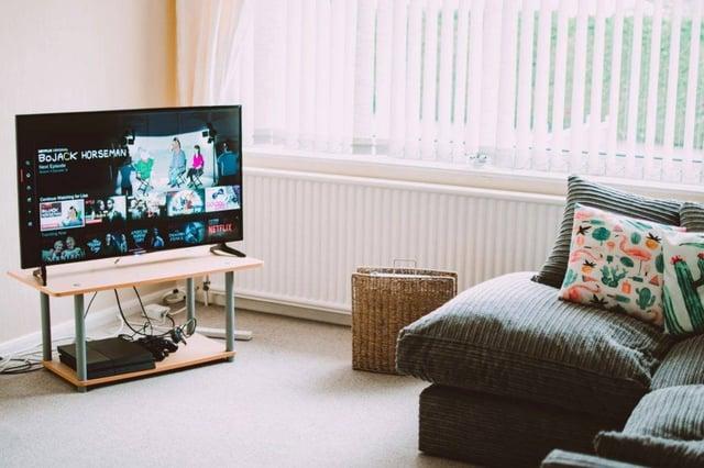 Salon avec canapé et TV